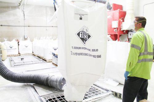 Emptying supersak of powder product